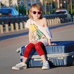 vakantie tips voor onderwweg, meisje zit al op koffer.