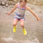 springend meisje in plas is waterpret
