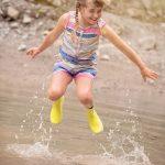 springend meisje in plas is waterpret